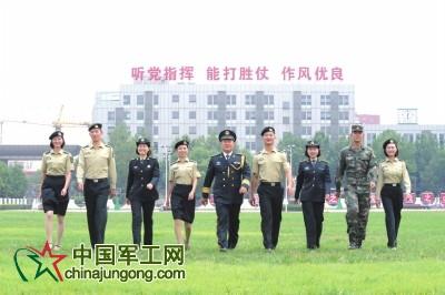 身着各式新军服的火箭军官兵。